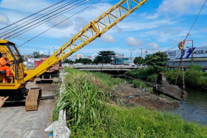 Canal da rua Antônio Baena recebe serviços de limpeza e dragagem mecanizada da Prefeitura.