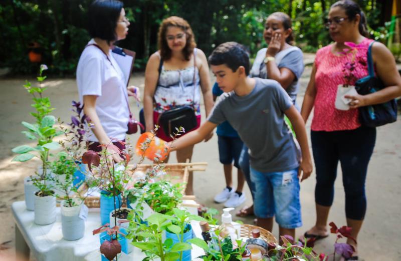 Muitas crianças tiveram a oportunidade de viver a experiência do plantio de mudas neste domingo.