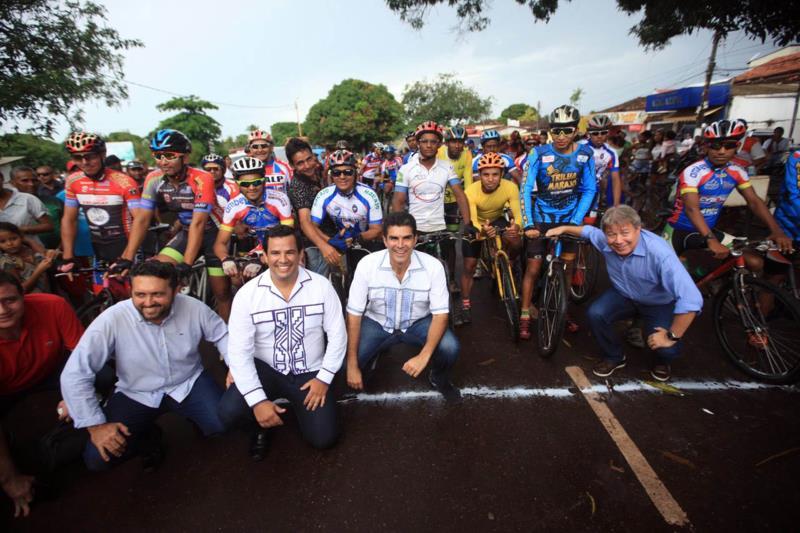 Antes de visitar o mercado, o governador participou da largada do Campeonato Sourense de Ciclismo.