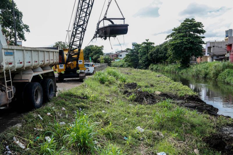 Desde a semana passada, equipes da Prefeitura de Belém já atuavam na limpeza manual do canal do Galo, onde as ações mecanizadas de dragagem tiveram início nesta quarta-feira, 23.