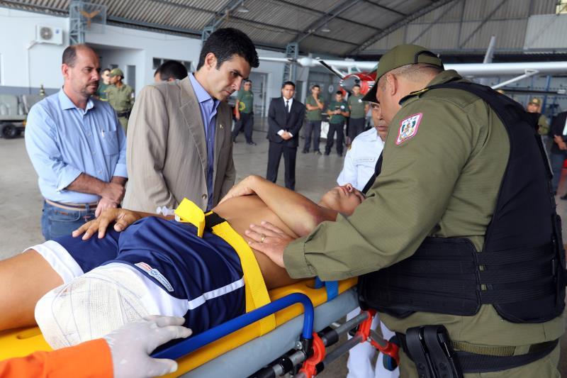 Depois do desembarque no hangar do Governo do Estado, uma ambulância do Corpo de Bombeiros conduziu o policial e sua família, acompanhados por médicos e enfermeiros, para o hospital Beneficente Portuguesa, onde ele dará seguimento ao seu tratamento médico.