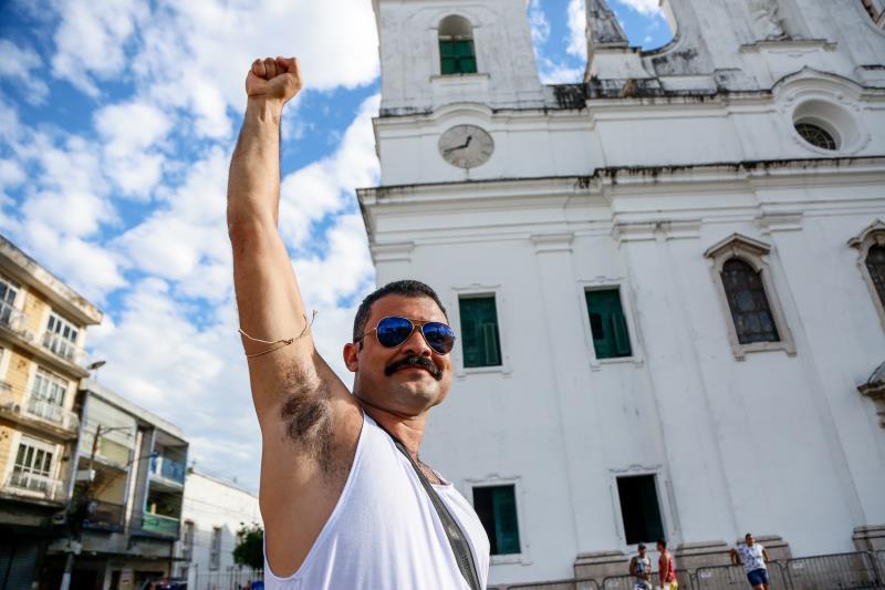 Cleiton Oliveira foi fantasiado de Freddie Mercury e fez sucesso por onde passou.