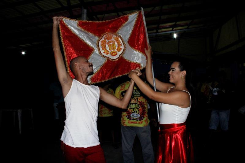 O casal de mestre-sala e porta-bandeira, Melissa Ferraz, 18, e Romeu Andersom, 31, terão a responsabilidade de representar a Escola Canal 19.
