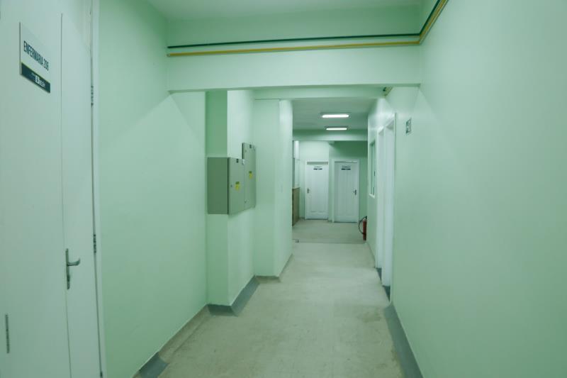 Com três andares, o prédio vai comportar 79 leitos, sendo que desses, nove são na Unidade de Terapia Intensiva (UTI) e mais dois quartos de isolamento clínico.