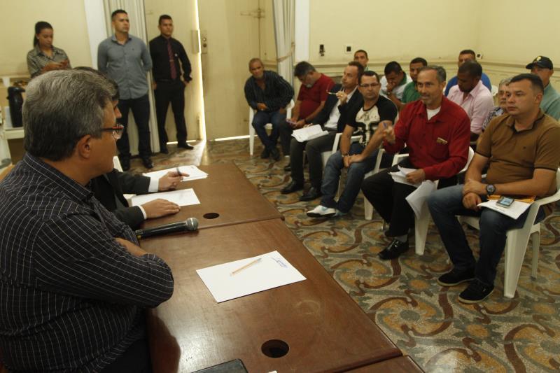 As reuniões com taxistas representantes de empresas de aplicativos e motoristas que prestam esse tipo de serviço se estenderam por toda a tarde desta quinta-feira, 31.