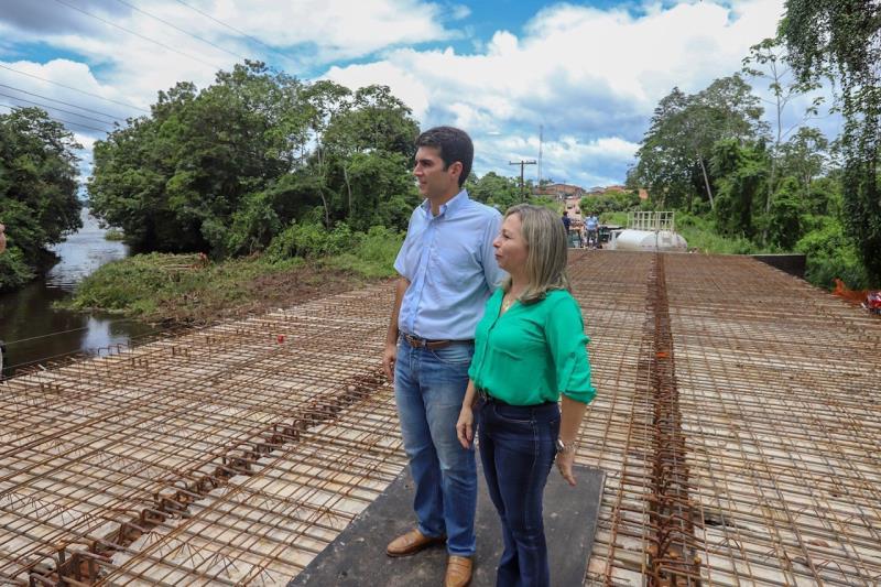 As obras da ponte sobre o Igarapé Uxipocu foram iniciadas em 2018. Os recursos para a edificação da estrutura foram liberados quando Helder Barbalho ainda era ministro da Integração Nacional.