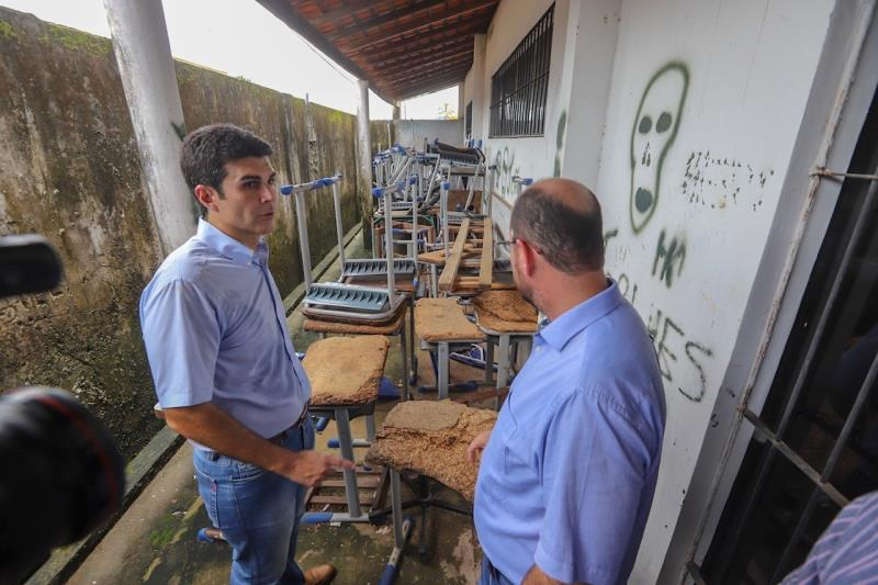 """""""A educação ainda é um problema grave no Pará. Após esta visita, vamos agir com rapidez para a recuperação da estrutura"""", disse o governador."""