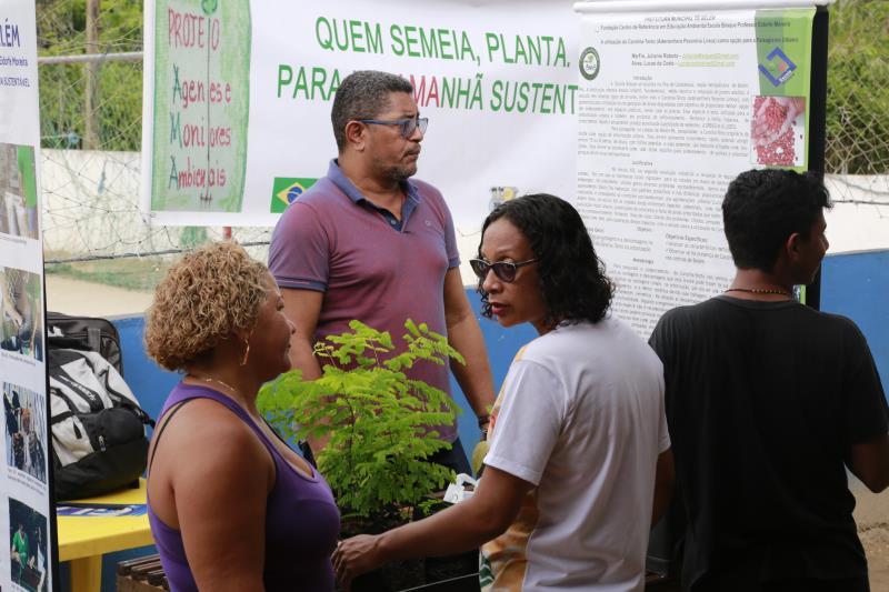 A Escola Bosque (Funbosque) também esteve presente na ação, com um estande armado oferecendo mudas e orientações sobre plantio.