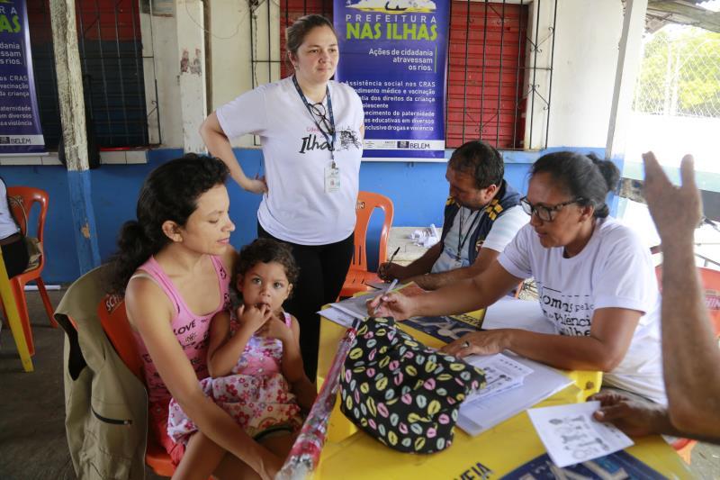 A oportunidade de ter a tão sonhada Carteira de Trabalho levou a dona de casa Gracilene Santos a chegar cedo à arena da comunidade Fidelis, no distrito de Outeiro.