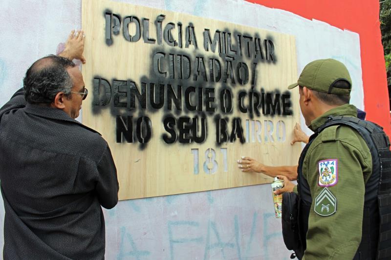 """Além de apagar as frases de cunho criminoso, os agentes de segurança as substituíram por """"Cidadão, denuncie o crime no seu bairro (181)"""". Em todos os pontos, os proprietários do muro foram previamente consultados."""