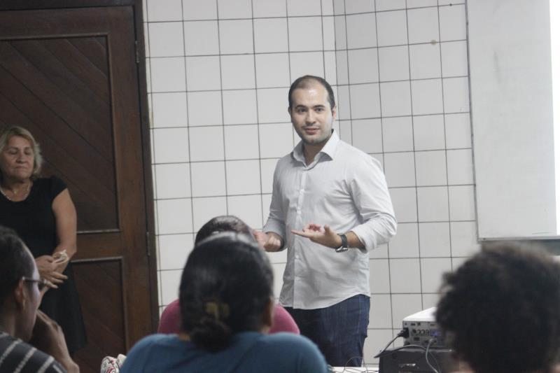 Yan Miranda apresentando o projeto.