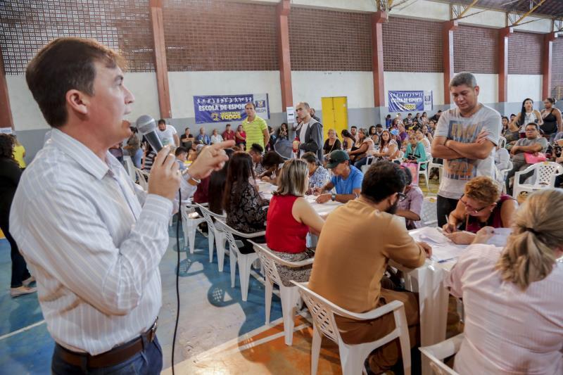 Maikenn Souza, secretário da Sehab, deu orientações aos contemplados com os imóveis