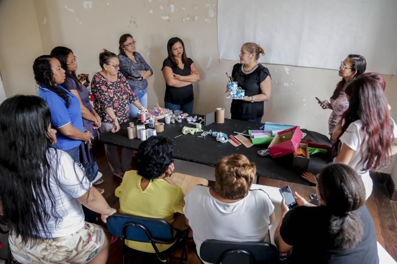 Na oficina, as participantes aprenderam a transformar objetos descartados em peças criativas e assim complementar a renda familiar