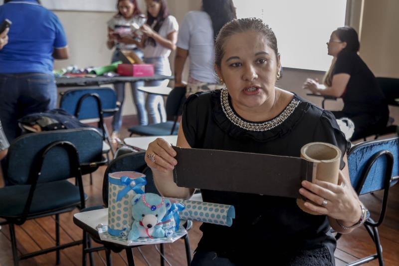 Andiara Vilas Boas trabalha com artesanato há dez anos e foi quem ministrou a oficina