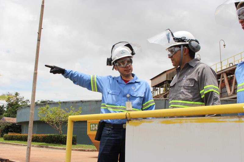 O titular da Semas, Mauro Ó de Almeida (e) durante a visita técnica à mineradora Hydro, em Barcarena, quando verificou in loco o cumprimento das cláusulas do Termo de Ajuste de Conduta assinado com a empresa
