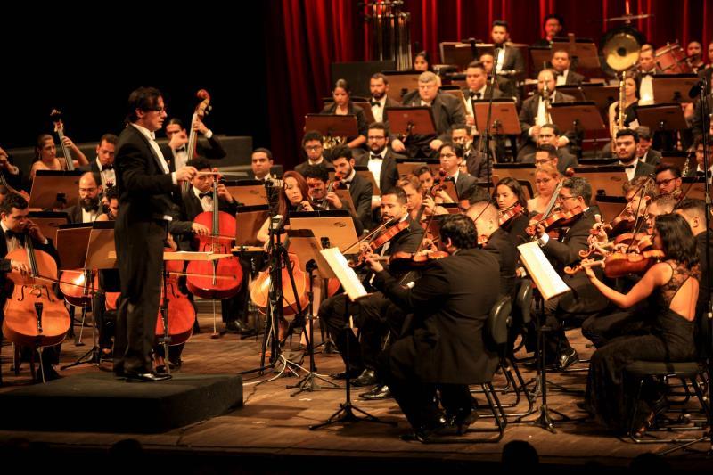 A Orquestra Sinfônica do Theatro da Paz brinda o público, no palco do centenário teatro, com a primeira das nove sinfonias de Beethoven, sob a regência do maestro titular Miguel Campos Neto