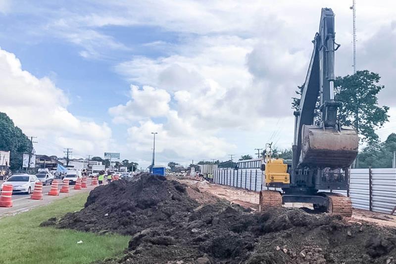 Neste primeiro momento, os trabalhadores preparam o solo e as fundações no canteiro central da rodovia para a construção das estações de passageiros e passarelas dos números 4, 6, 7 e 9.