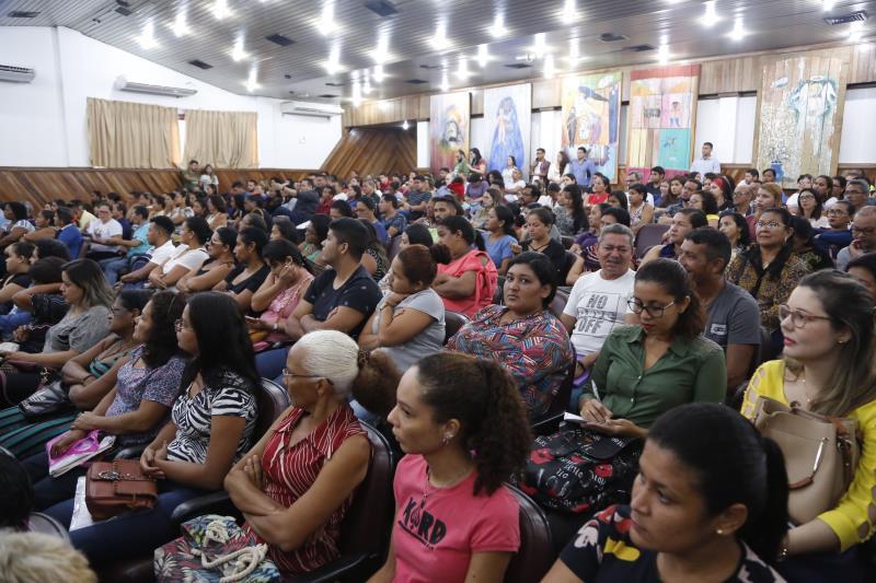 Cerca de 400 servidores temporários aprovados no Processo Seletivo Simplificado (PSS) da Secretaria Municipal de Educação participaram da cerimônia de acolhimento realizada no auditório da Universidade da Amazônia