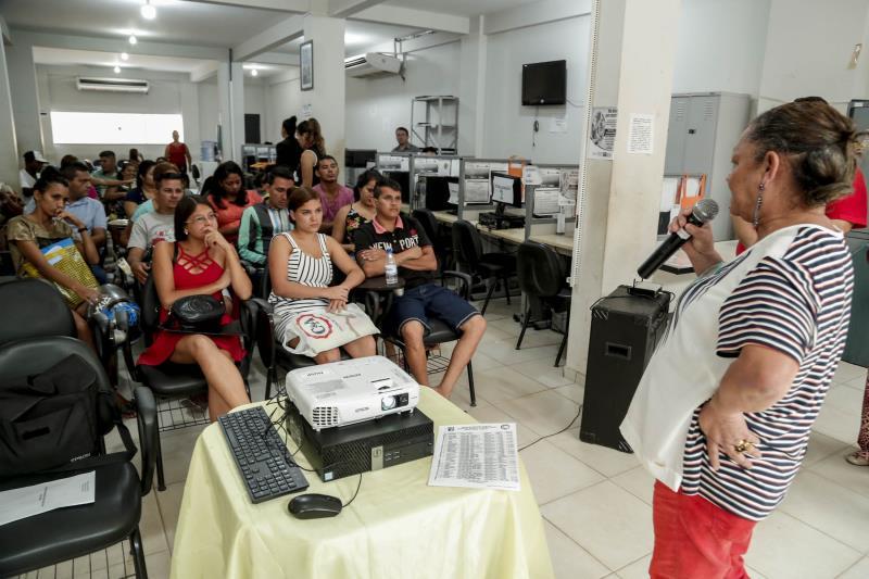 """Famílias vítimas do incêndio, no bairro de Canudos, participaram de um encontro do projeto """"Resignificando Vidas"""", na sede do Central do Cadastro Único (CadÚnico),"""
