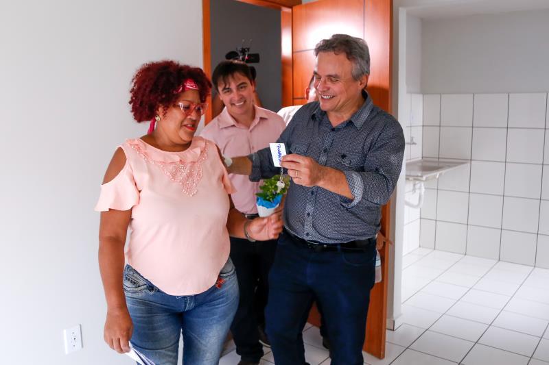 Zenaldo Coutinho e Maikenn Souza fizeram a entrega de um dos apartamentos