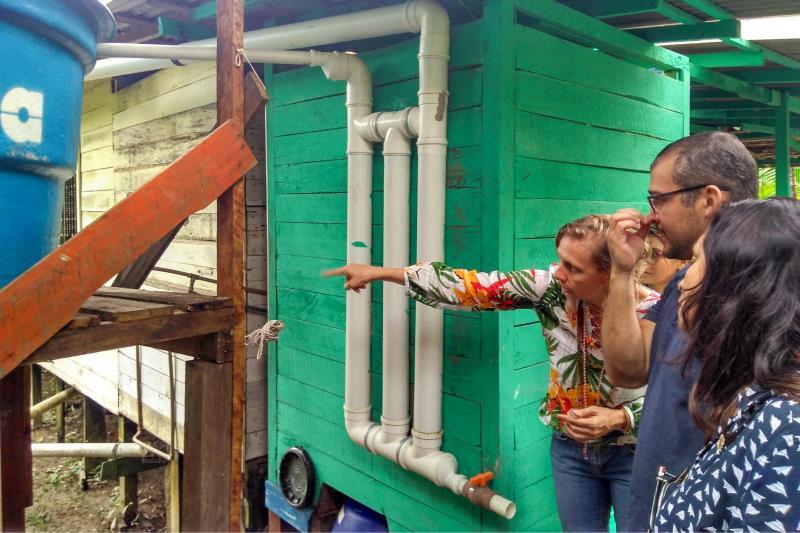 """A integração do conhecimento acadêmico com a experiência de vida dos moradores da Ilha das Onças deu forma ao projeto """"Segurança hídrica e saneamento básico descentralizado por meio de tecnologias sociais"""". O resultado do projeto foi a construção de sistemas de captação de água da chuva e banheiros ecológicos para 21 famílias da ilha, localizada no município de Barcarena. Nesta quinta-feira (14), foi feito o encerramento da implantação dessas tecnologias sociais e o lançamento das cartilhas que mostram todo o processo de criação e construção das cisternas e banheiros.  FOTO: DIVULGAÇÃO DATA: 150.03.2019 BELÉM - PA"""