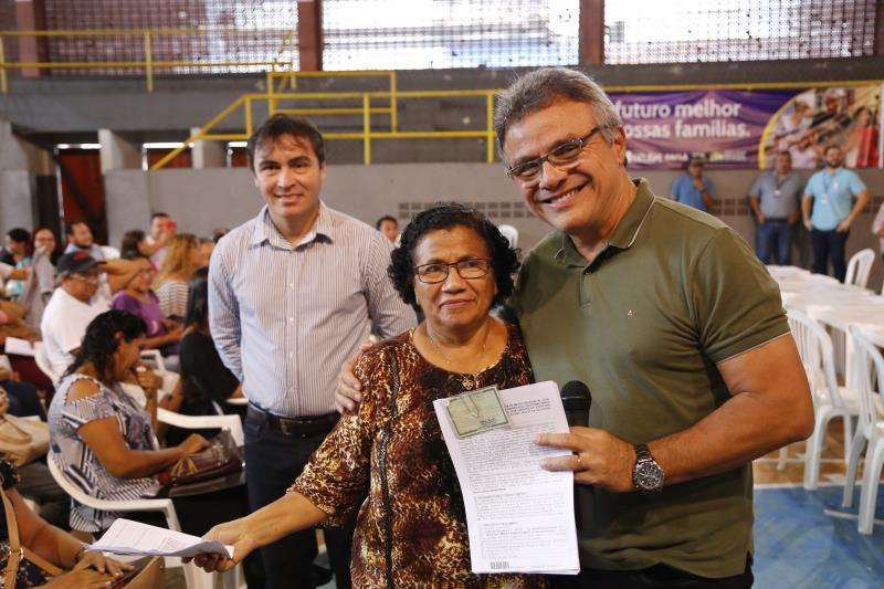 O prefeito Zenaldo Coutinho e o secretário Maikenn Sousa fizeram a entrega dos contratos a serem assinados
