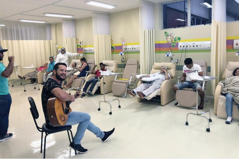 Terapia é oferecida por meio de parcerias, entre elas, do cantor Igor Nemo, que levou  alegria e descontração aos pacientes atendidos na unidade.
