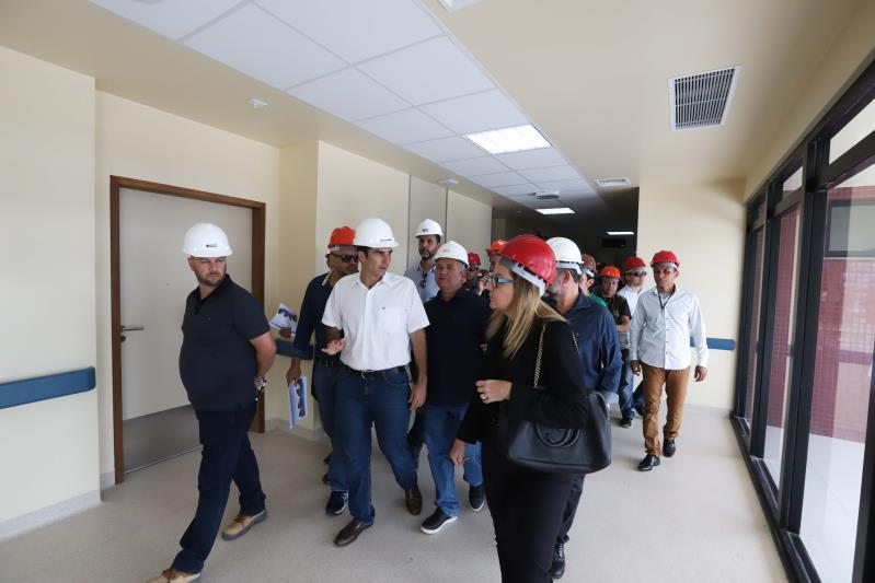 Helder e comitiva do Governo Por Todo o Pará durante visita às obras do Hospital Regional do Tapajós, que está sendo construído em Itaituba.