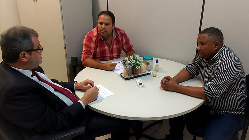 A proposta de criação da editora pública da Imprensa Oficial do Estado do Pará (Ioepa) foi apresentada nesta quinta-feira (4) pelo diretor administrativo e financeiro da autarquia, Robson Marques, e pelo assessor Moisés Alves, durante encontro em Marabá com o reitor Maurílio Monteiro, da Universidade do Sul e Sudeste do Pará (Unifesspa). A iniciativa recebeu o apoio do reitor, que colocou à disposição do projeto vários cursos da instituição, entre os quais Letras e Arte Visual.  FOTO: ASCOM / IOE DATA: 04.04.2019 MARABA - PARA