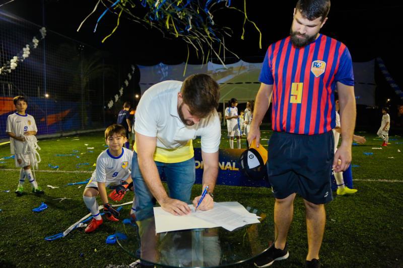 Wilsn Neto, titular da Sejel, assina o termo de cooperação da Prefeitura com a academia.