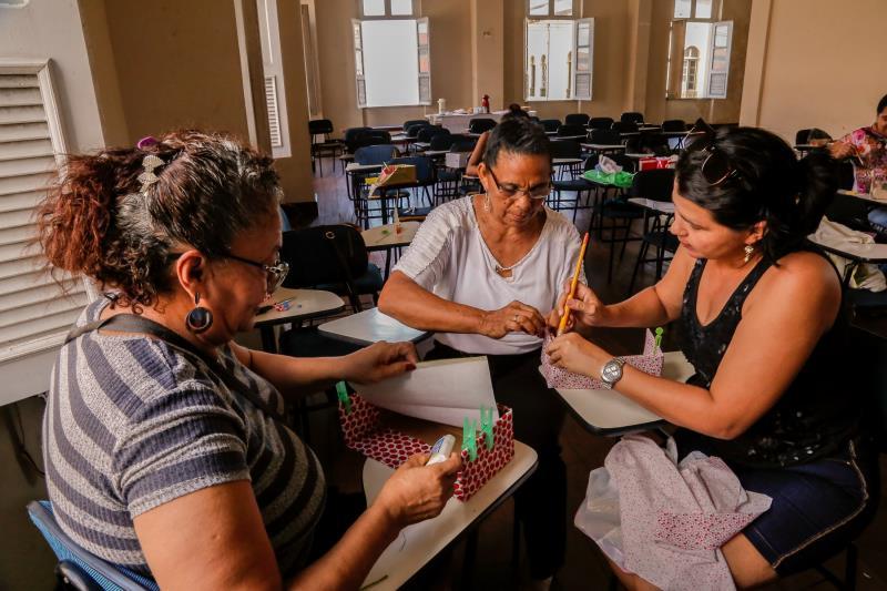 São diversos cursos, entre eles, artesanato, crochê, bijuteria, gestão de pequenos negócios, materiais recicláveis e doces finos.