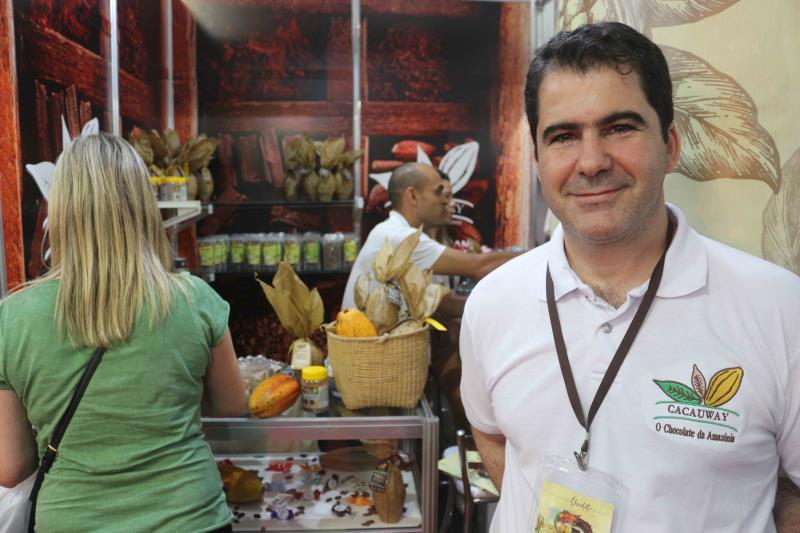 """A participação do Pará no """"Chocolat São Paulo 2019"""" foi considerada um sucesso pelos expositores. O evento na capital paulistana chega ao fim neste domingo(14) e reuniu 10 estandes com produtos da cadeia produtiva do cacau paraense e de outros estados. A maioria vendeu tudo o que trouxe, mas também fechou negócios, divulgou seus produtos, conversou com visitantes e adquiriu conhecimento, trocando experiências com outros empresários do ramo que também estavam presentes em São Paulo.  FOTO: DIVULGAÇÃO / SEMAS DATA: 14.04.2019 SÃO PAULO - SP"""