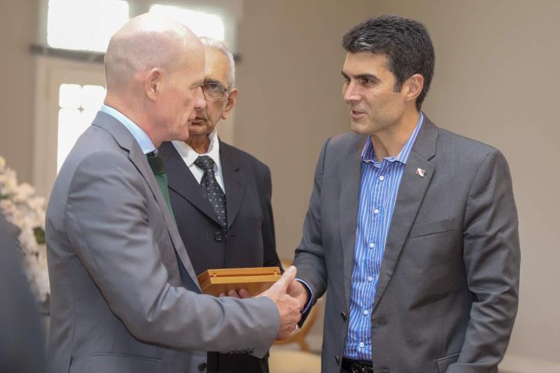 O governador Helder Barbalho recebeu o embaixador Sean Hoy (e), que participa em Belém do Fórum das Assessorias de Relações Internacionais das Universidades Brasileiras