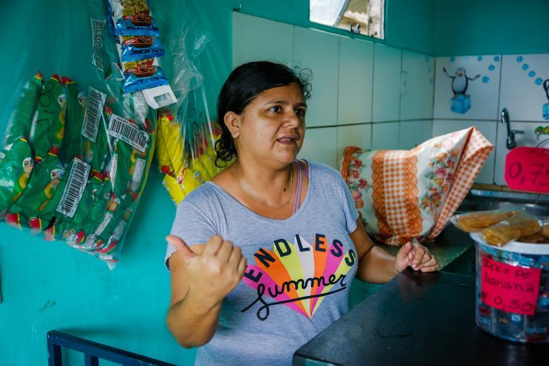 Encostada no balcão de seu estabelecimento comercial, a moradora Cíntia Munins de 37 anos, observava o trabalho de recuperação da via realizado bem em frente ao seu local de trabalho.