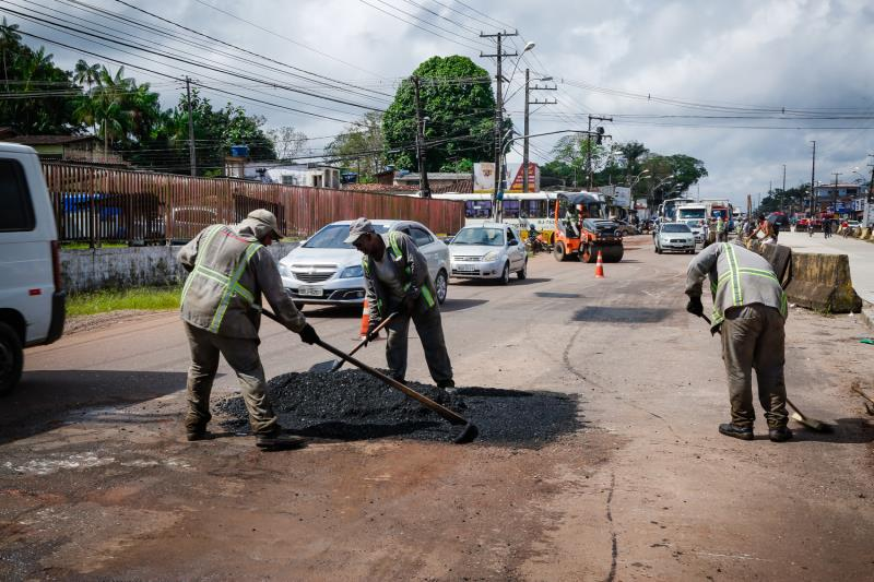 Três equipes de manutenção foram deslocadas até a avenida. A prioridade são os trechos mais danificados, como a entrada do conjunto Tenoné, esquina da rua Alacid Nunes, no sentido Belém/Icoaraci.