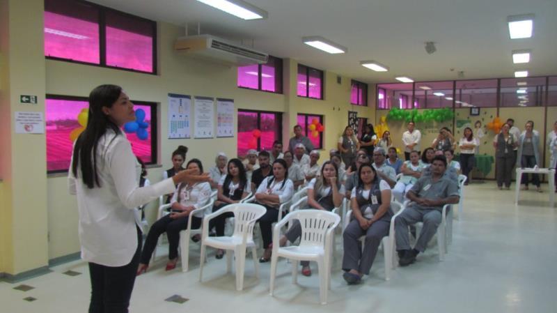 A diretora executiva Rejane Xavier em uma das palestras promovidas durante a Semana de Qualidade em Saúde e Segurança do Paciente
