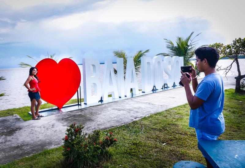 Novo letreiro instalado próximo ao coreto que já existia na praça da Baía do Sol atraiu os Irmãos Caroline e Vitor Corrêa, que bateram muitas fotografias.