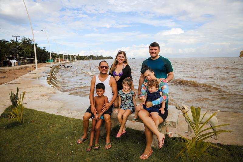 """Luiz Santos foi para Mosqueiro com a família. """"Nós que frequentamos essa área há mais de 20 anos percebemos que a praia ficou bem mais bonita e aconchegante, principalmente com a iluminação pública da orla"""",  disse."""