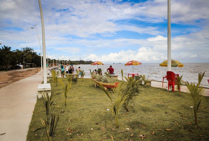 Pracinha da praia do Marahu é um dos locais mais frequentados da ilha.