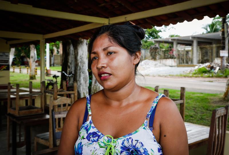 A garçonete Roseane Rosário, que trabalha em um dos bares localizados na praia do Paraíso, espera um bom movimento na ilha durante o feriado de Páscoa