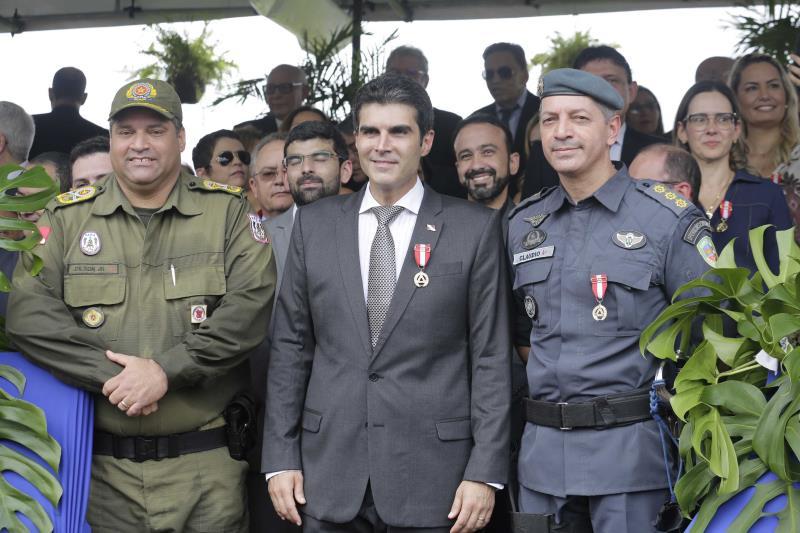 O governador Helder Barbalho (c), ao lado de autoridades da área de segurança pública