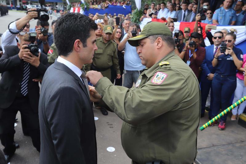 O governador Helder Barbalho (e) e o comandante-geral da Polícia Militar do Pará, coronel Dilson Júnior, durante a entrega da Medalha do Mérito Tiradentes