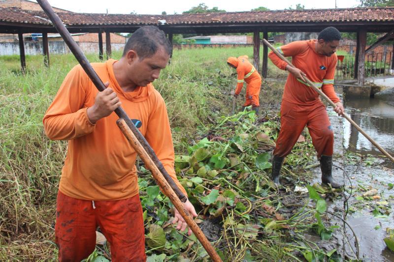 O trabalho de limpeza é uma ação preventiva que visa melhorar o escoamento das águas e evitar alagamentos e transtornos em períodos chuvosos no distrito.