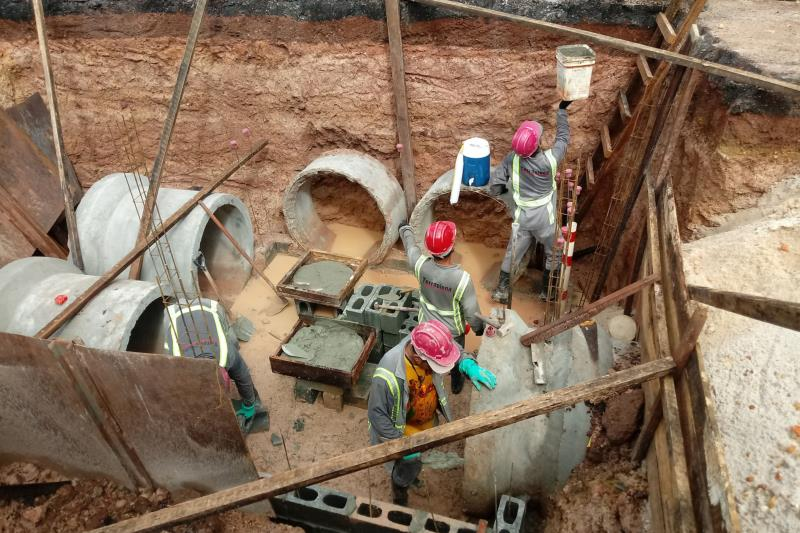 Serviços de escavações para o serviço de drenagem profunda na rodovia do Tapanã