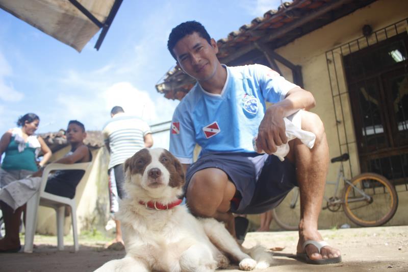 Nildo Penha, de 34 anos, resgatou Rabito, de 4 anos, das ruas de Outeiro, e o levou pra ser castrado