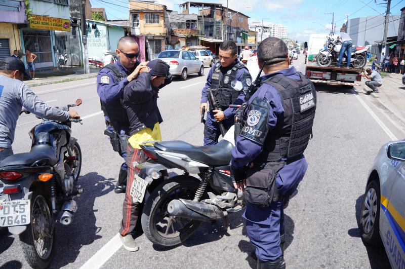 Motociclistas e mototaxistas foram abordados e revistados.
