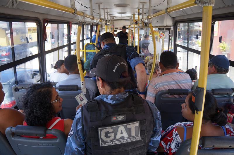 """Guardas municipais varreram os coletivos durante a operação """"Belém Segura"""" nesta quarta-feira, 24."""