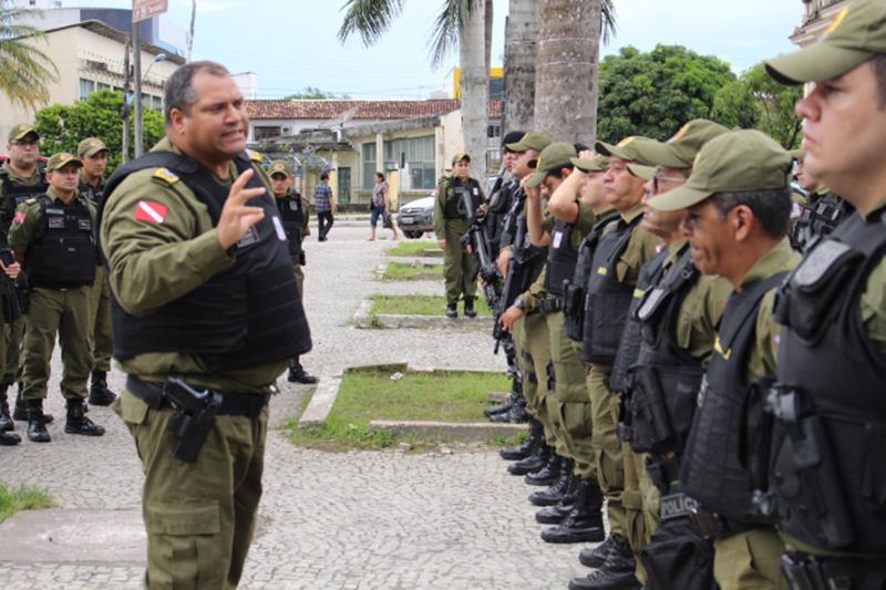 O comandante-geral da PM, coronel Dilson Júnior (e), autorizou o uso de coletes balísticos por policiais militares no período de folga