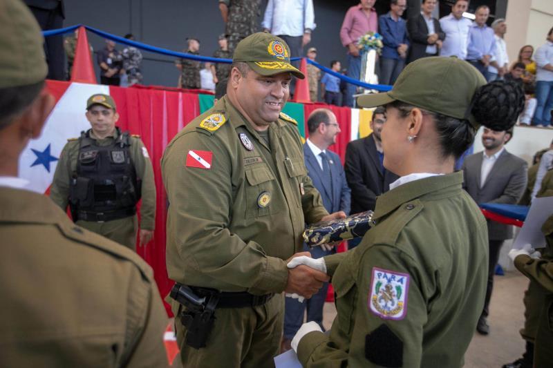 O comandante-geral da PM, coronel Dilson Júnior, cumprimenta uma das formandas, que vai reforçar a segurança no sudeste paraense
