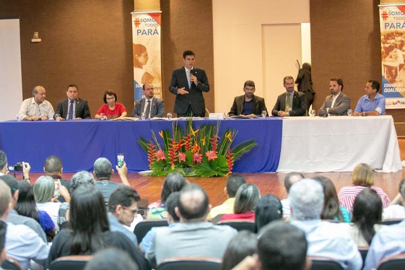 Ao lado de várias autoridades, o governador Helder Barbalho (c) ressaltou a determinação de recompor a tropa da PM